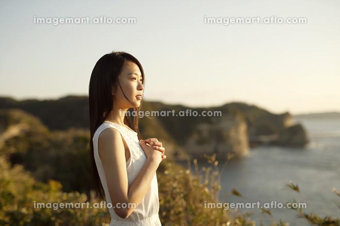 崖に立つ日本人女性