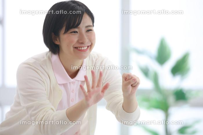 指先体操をする介護士 イメージの販売画像