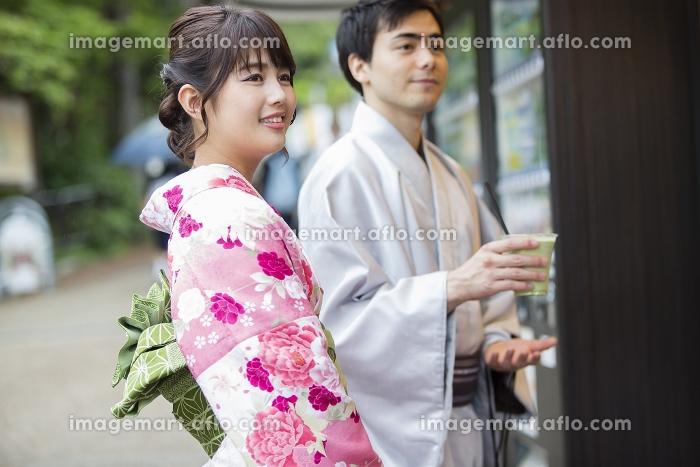 お店で買い物をするカップルの販売画像
