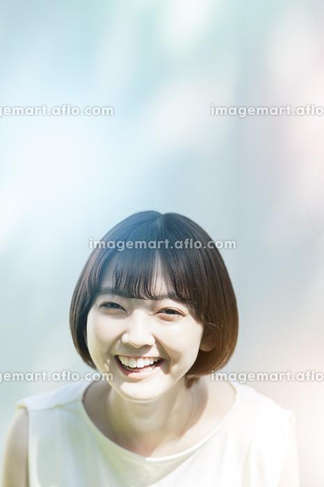 屋外での女性ポートレート(春夏イメージ)の販売画像