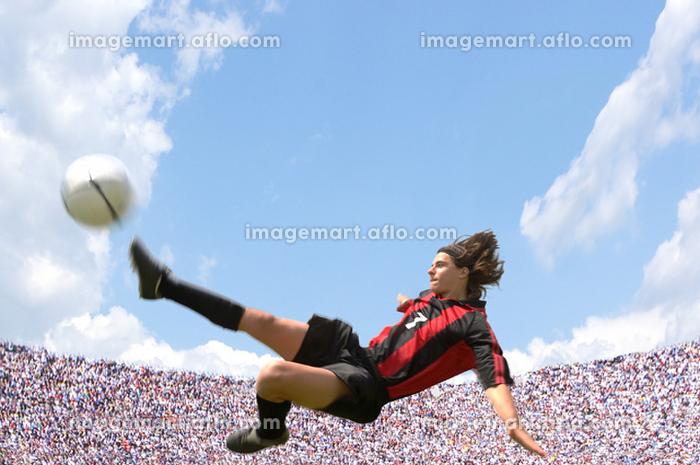 ボレーキックをするサッカー選手の販売画像