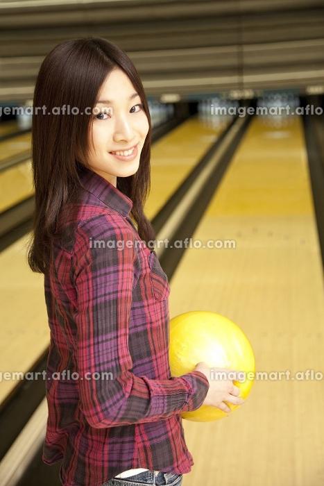 ボウリングの球を持って振り向く女性の販売画像