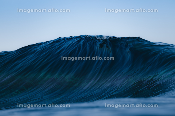 Blue and clean wave breaking in seaの販売画像