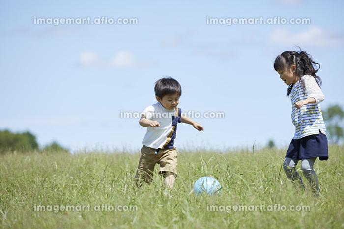 ボールで遊ぶ姉弟の販売画像
