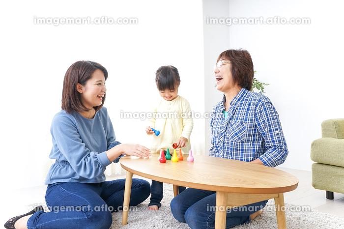 子供と遊ぶ幸せな家族イメージの販売画像