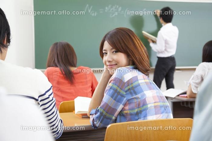 振り返り微笑む女子大学生の販売画像