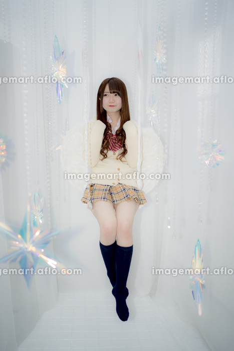 ブランコに乗る天使の羽根を付けた女子高生の販売画像