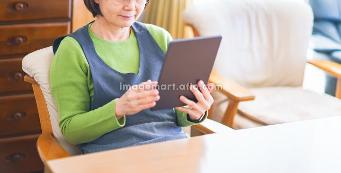 タブレット端末を見る シニア女性 【シニアライフ】の販売画像