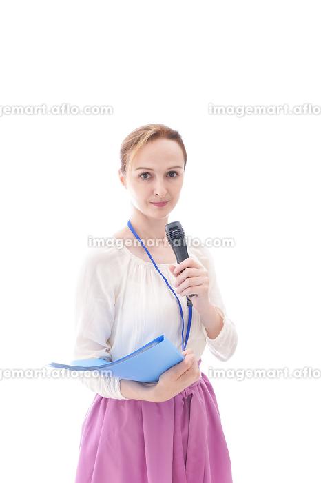 司会をする若いビジネスウーマンの販売画像