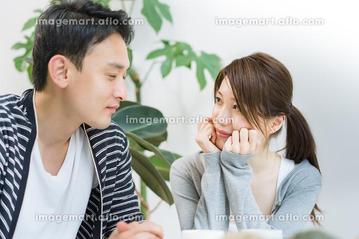 笑顔で会話する夫婦の販売画像