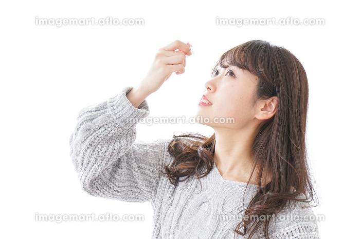 目薬を入れる女性