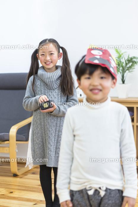 節分の豆まきをする姉弟の販売画像