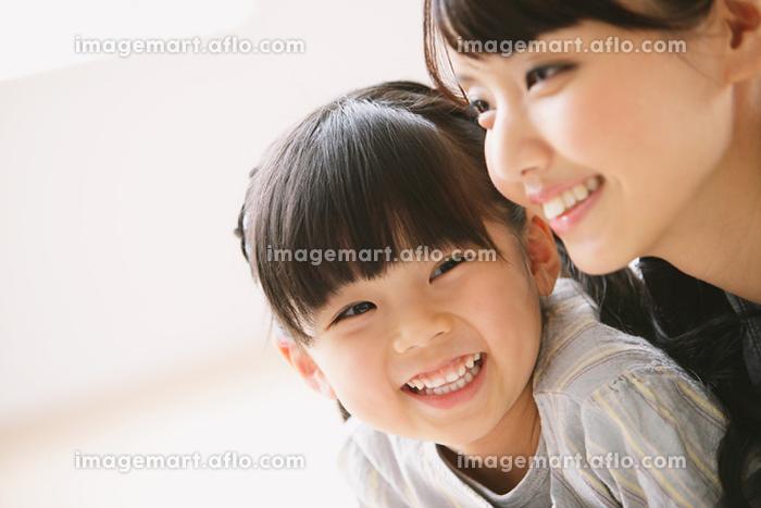 寄り添う母と娘の販売画像