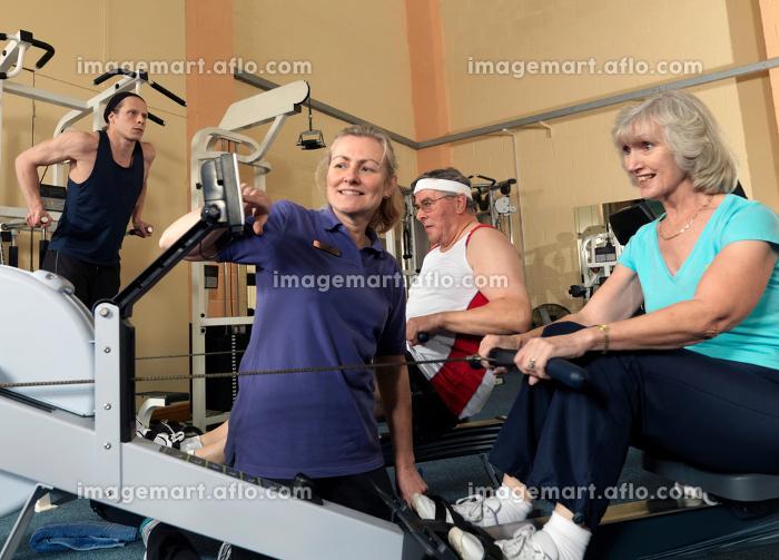 seniors training at gym with instructorの販売画像