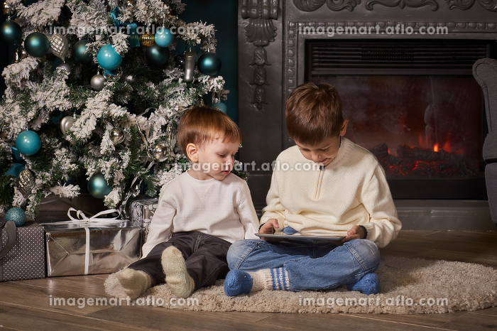 Small children with computer tablet.の販売画像