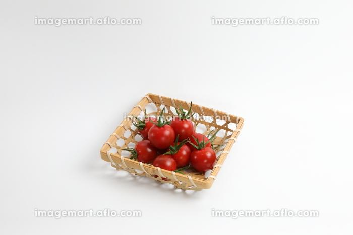 かごに盛られた採れたてプチトマトの販売画像