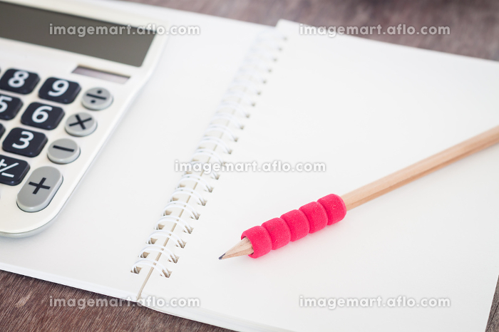 Open blank notebook with pencilの販売画像
