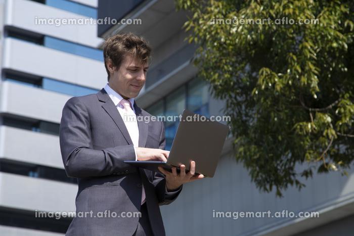 パソコンを見るビジネスマンの販売画像