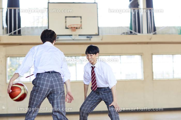 制服でバスケをする日本人男子高校生の販売画像