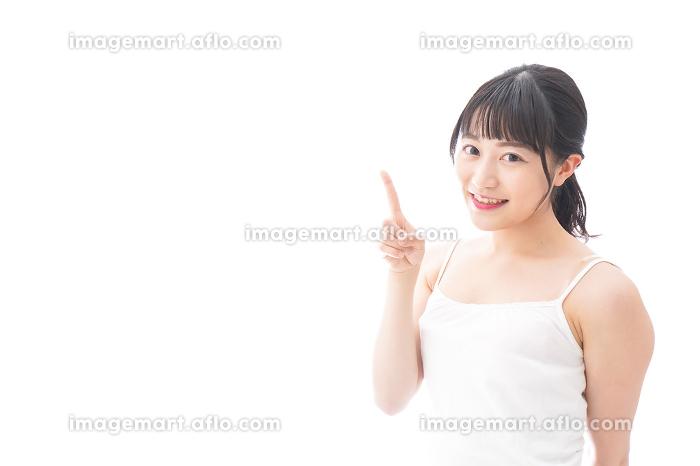 ビューティーアドバイスをする笑顔の若い女性の販売画像