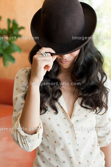 帽子を深く被った外国人女性