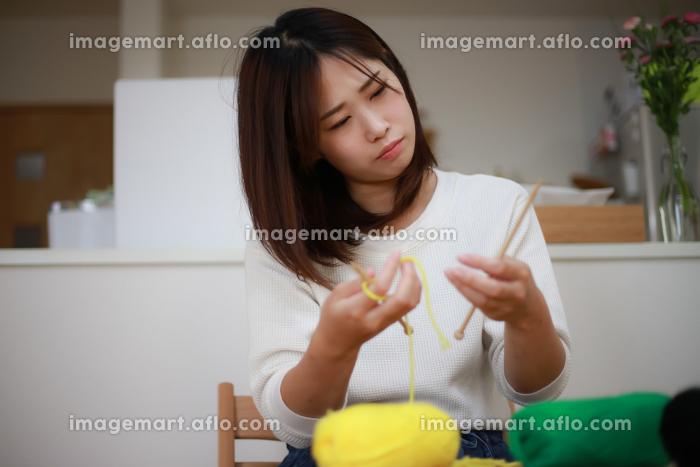 編み物の編み方に悩む女性の販売画像