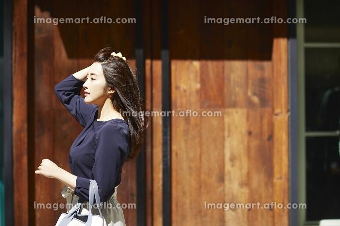 街を歩く日本人女性のポートレート