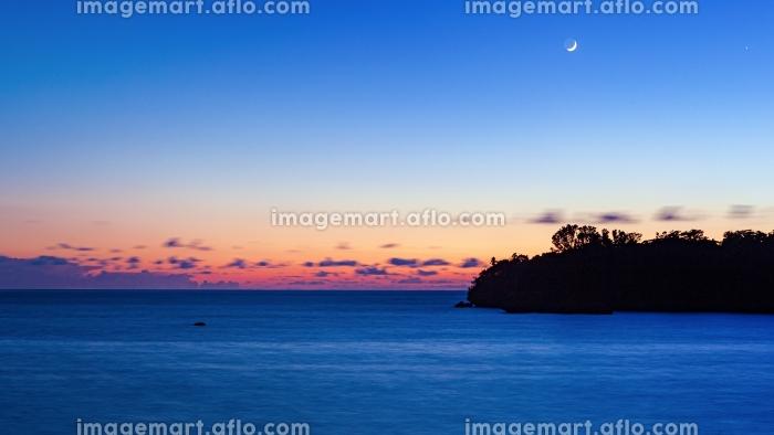 沖縄県・西表島 月と夏の海の夕景の販売画像