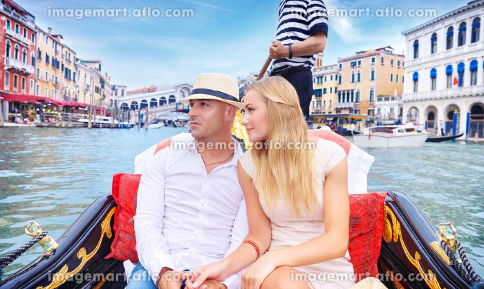 Happy couple traveling to Italyの販売画像