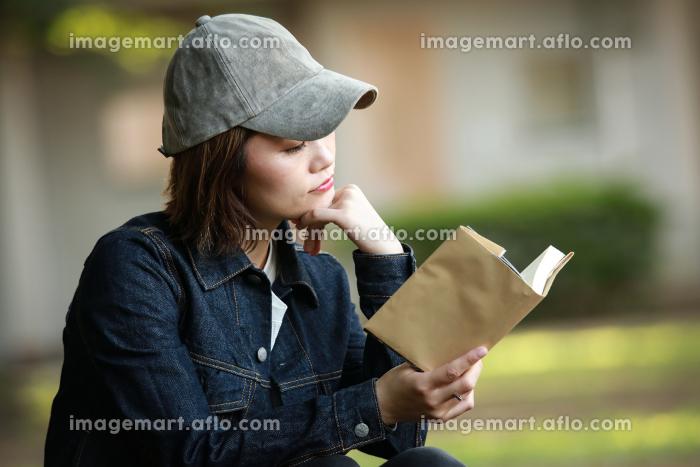 読書する女性の販売画像