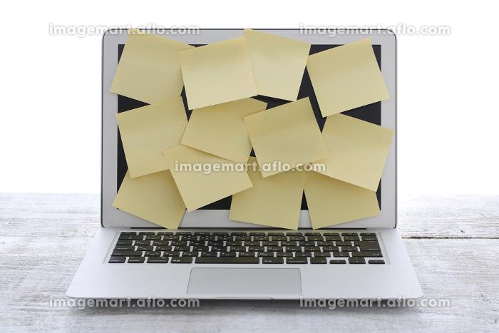 ノートパソコンと多量の仕事と大量の付箋の販売画像