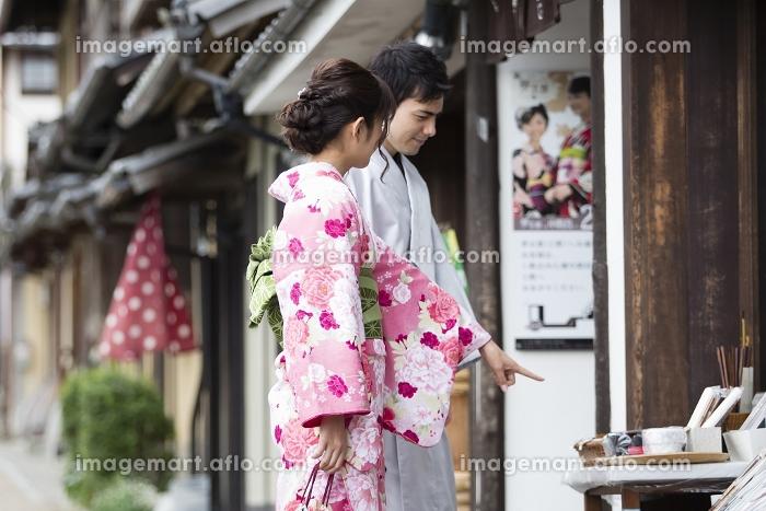 買い物をするカップルの販売画像
