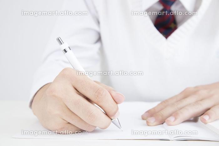 勉強する男子高校生の手元の販売画像
