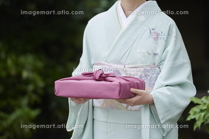風呂敷を持った着物を着た日本人女性の販売画像