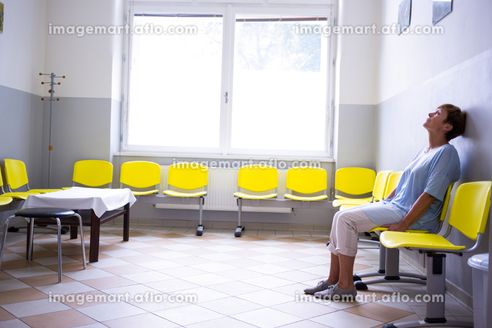 Patient sitting in a waiting roomの販売画像