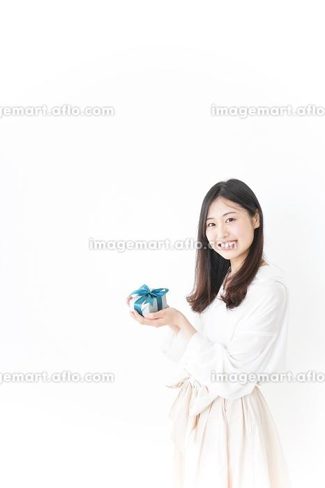 プレゼントと若い女性の販売画像