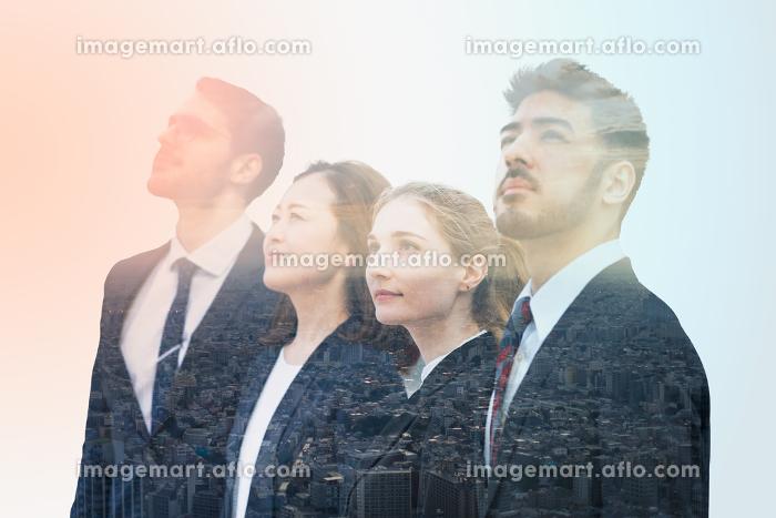 ビジネスマンのシルエットと都市風景を合成したイメージ写真の販売画像