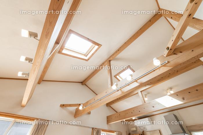 天窓から日差しが入る一軒家のリビングの販売画像