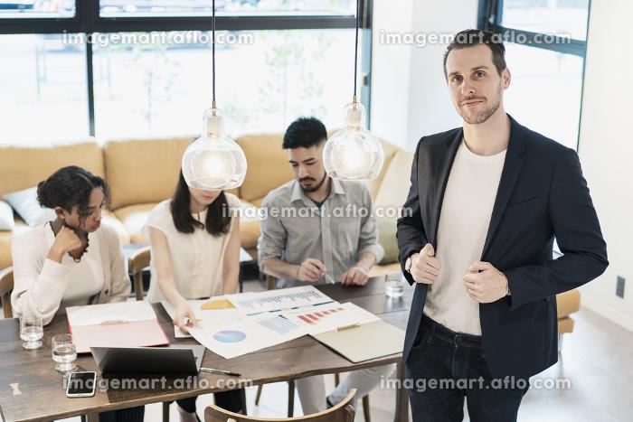 ビジネスマンと国際色豊かなビジネスチームの販売画像