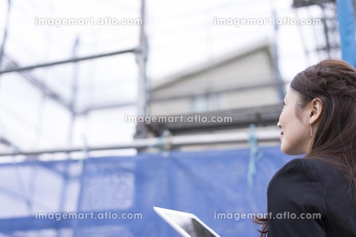 工事現場・女性・タブレットPCの販売画像