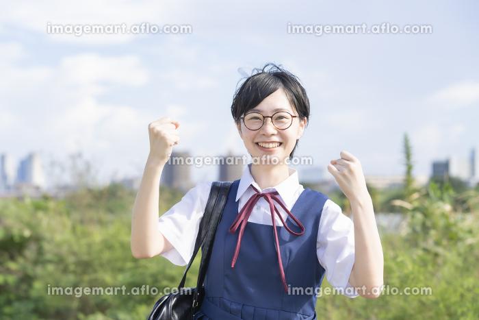 応援する女子高生の販売画像