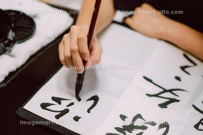 書道をする日本人女性 習字 毛筆の販売画像