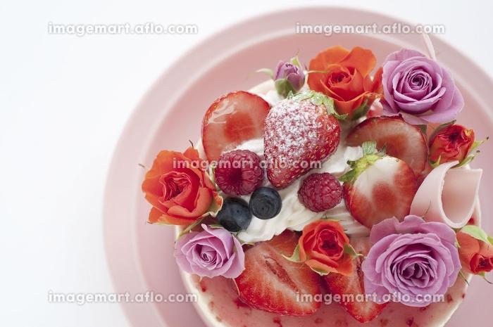 ベリーとバラのケーキ