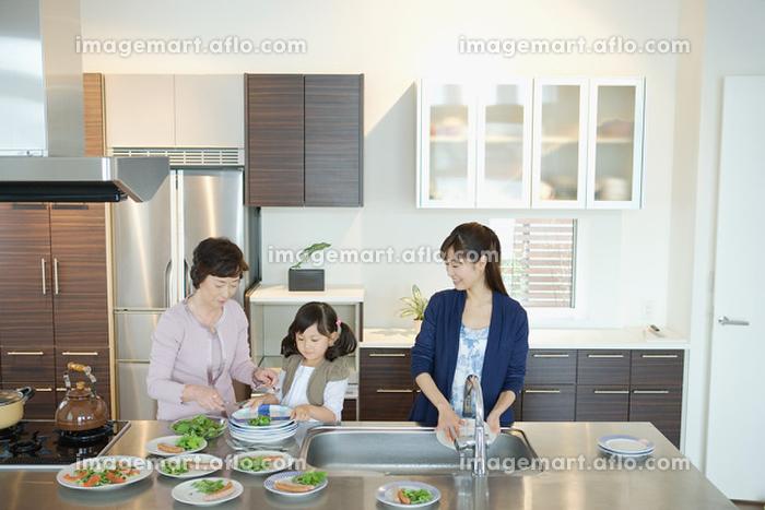 食事の用意をする家族の販売画像