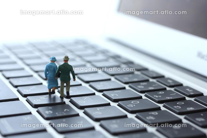 ノートパソコンと人間のミニチュア人形のジオラマの販売画像