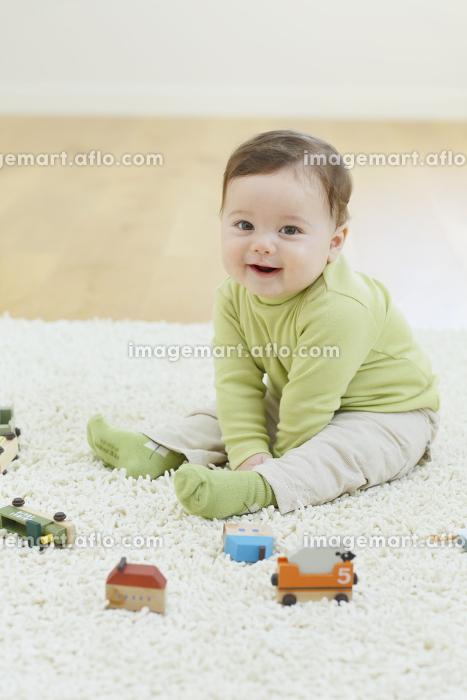 リビングで遊ぶ笑顔の赤ちゃんの販売画像