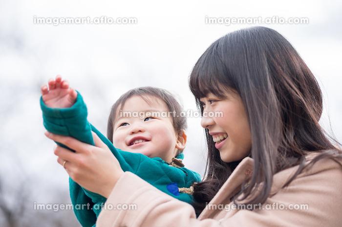 親子・男の子(屋外・公園)の販売画像