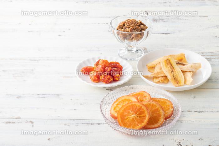ナチュラルな背景で撮影された、いろいろなドライフルーツの販売画像