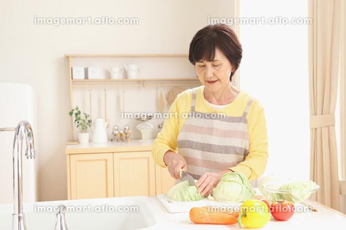 料理をする日本人のシニア女性
