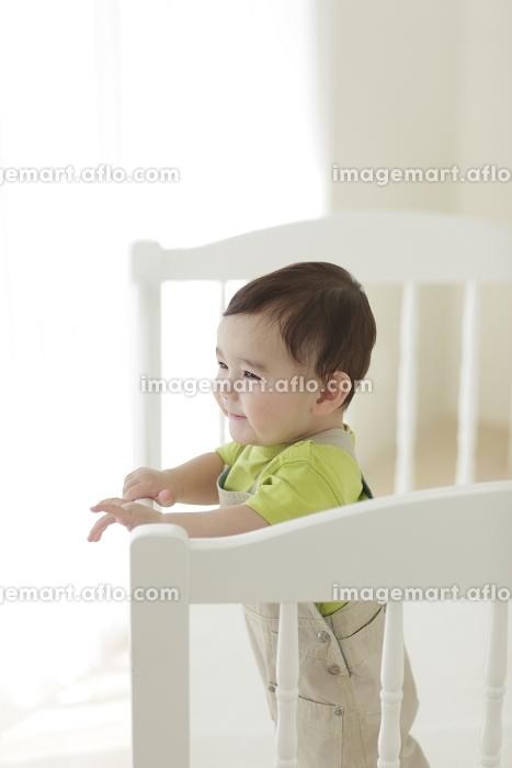 ベビーベッドの中にいる赤ちゃんの販売画像